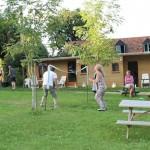 Het veld van camping Les Tournesols de Beaulieu in de Auvergne